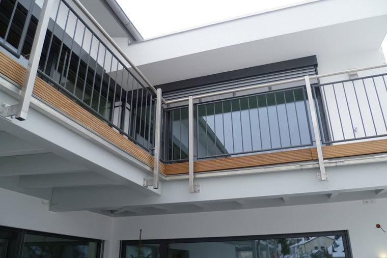 Der Balkon des Holzhauses